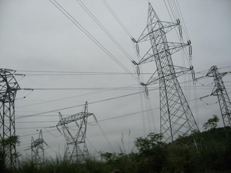 mar de cables y torres de alta tensión en Torrelavega