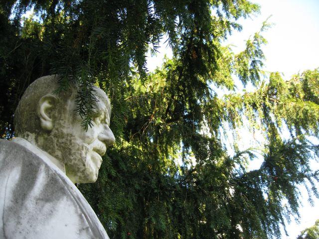 busto de Fermin Canella y la teja de Soto de Agues
