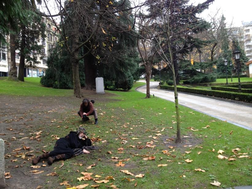 Anxel tumbado al lado del roble al que tapa con una manta